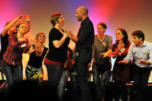 Nele Kießling und S. Kjel Fiedler, unterstützt vom gesamten Ensemble. Foto. Thomas Bruttel.