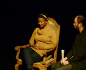 Publikumsgast Licia erzählt Lee White, sie wünschte sich fliegen zu können.