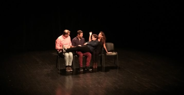 v.l. Tomaž Lapajne Dekleva, Matthieu Loos, Ladislav Karda, Julie Doyelle in der ersten Szene mit den 4 Stühlen, Foto T. Jäkel